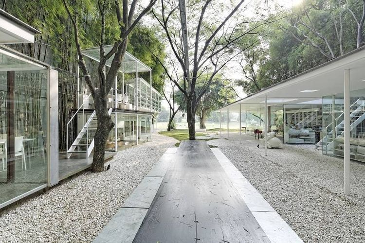 Batu kerikil memenuhi permukaan taman kering di Studio Tonton