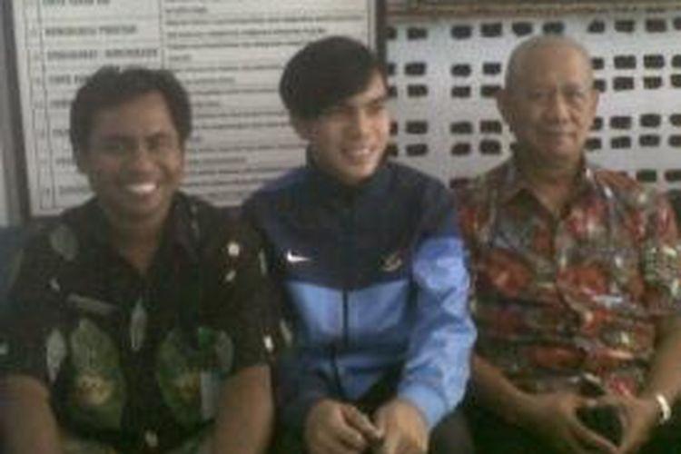 Pemain Timnas U19, Paulo Octavianus Sitanggang (tengah) bersama Manajer Jember United Sirajudin dan Kepala SMA Pahlawan, Wisnu Murti, Kamis (24/10/13)