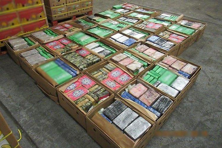 Polisi berhasil menyita hampir 1 ton narkoba jenis kokain yang diselundupkan bersama dengan pengiriman pisang di Southampton, Inggris.