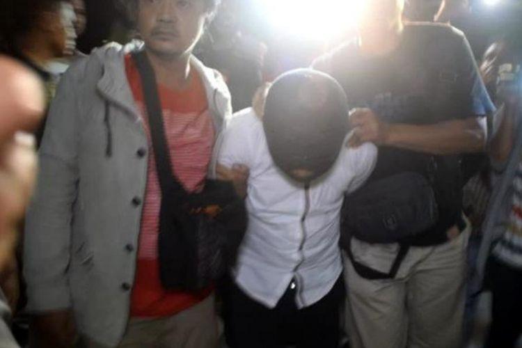 Tiga orang pelaku pembacokan yang menewaskan seorang remaja di Baubau, Muhamad Ridwan (15), Jumat (30/3/2018), berhasil dibekuk polisi, Minggu (1/4/2018) sore. Ketiga pelaku berinsial AM, AD, dan AY ditangkap saat hendak melarikan diri keluar dari Pulau Buton, Sulawesi Tenggara.