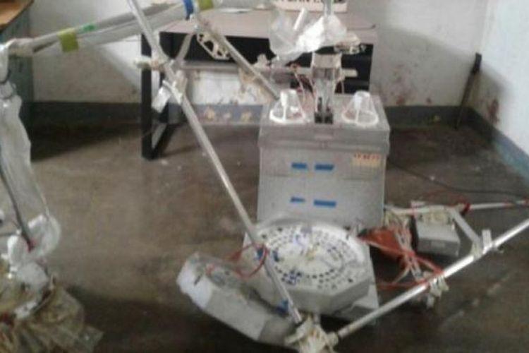 Bagian-bagian balon udara Google yang jatuh di Kolombia diamankan oleh polisi.