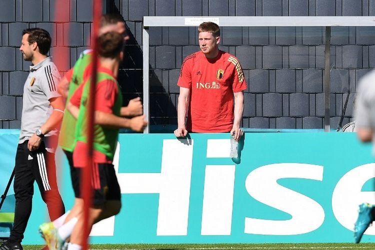 Gelandang timnas Belgia Kevin De Bruyne menyaksikan teman-temannya berlatih di markas latihan Timnas Belgia di Tubize, Belgia, pada 10 Juni 2021 jelang Euro 2020.