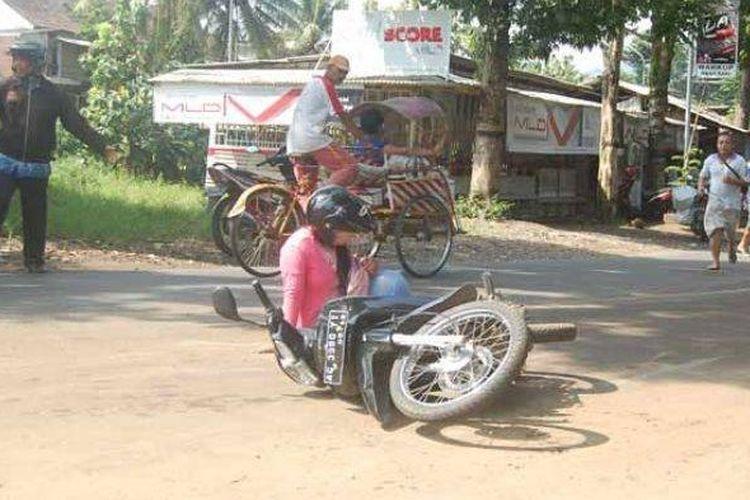 Ilustrasi pengendara motor terpeleset