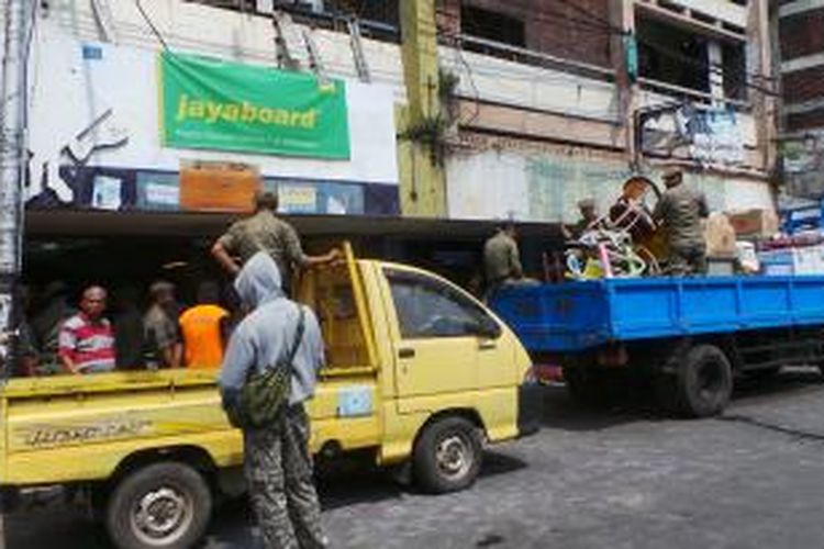 Petugas Satpol PP melakukan penertiban terhadap belasan toko di Jalan Jatinegara Barat, Jatinegara, Jakarta Timur. Rabu (27/8/2014).