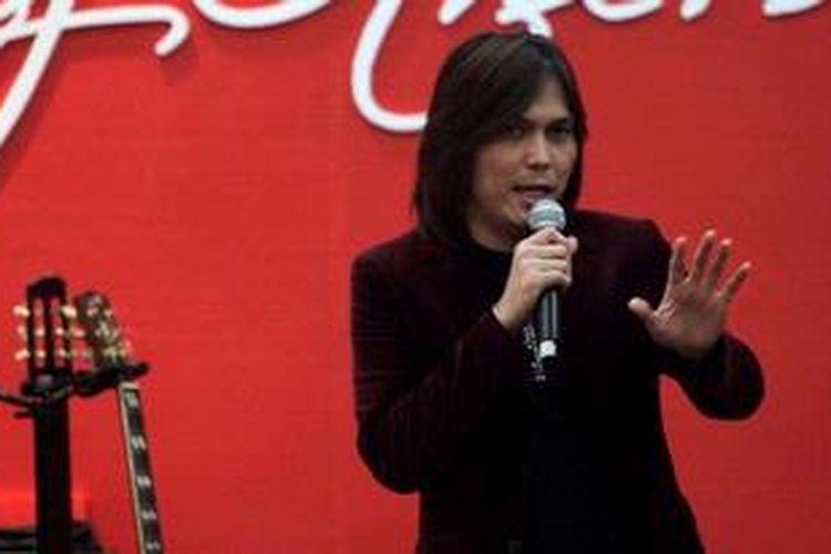 Penyanyi Elfonda Mekel atau Once tampil saat acara penganugerahan The Best Employees 2012 Kompas Gramedia di Hotel Santika Jakarta, Rabu (6/2/2013). Penghargaan kepada 115 karyawan dari 25 unit kerja di Kompas Gramedia. KOMPAS IMAGES/KRISTIANTO PURNOMO