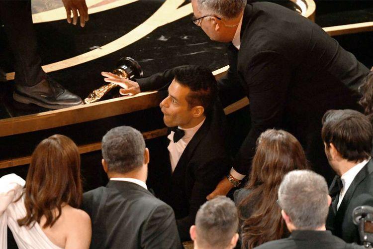 Rami Malek terjatuh dari panggung Oscar 2019 di Dolby Theater, Los Angeles, AS, Minggu (24/2/2019).
