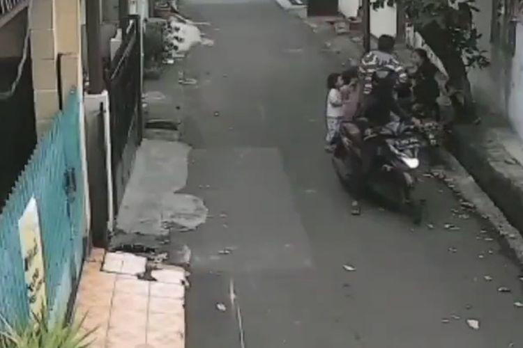 Komplotan penjambret beraksi di Jalan Bayem, Pulo, Kebayoran Baru, Jakarta Selatan pada Minggu (14/2/2021) sore.
