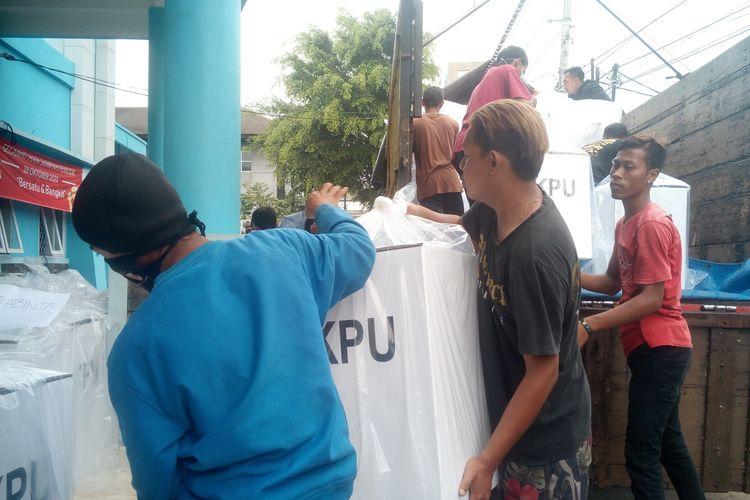 Logistik untuk Pilkada Cianjur 2020 mulai didistribusikan KPU Cianjur dari gudang logistik di Gelanggang Pemuda Cianjur,, Kamis (3/12/2020).