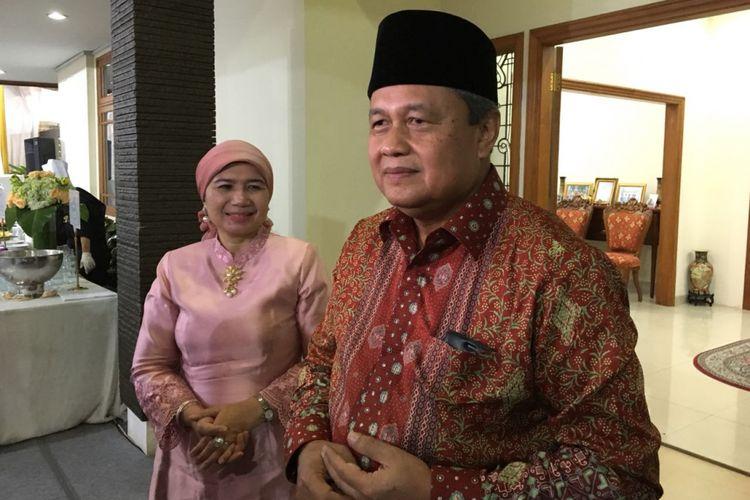 Gubernur Bank Indonesia Perry Warjiyo saat menggelar open house menyambut Hari Raya Idul Fitri 1439 Hijriah di kediamannya, Jakarta Selatan, Jumat (15/6/2018).