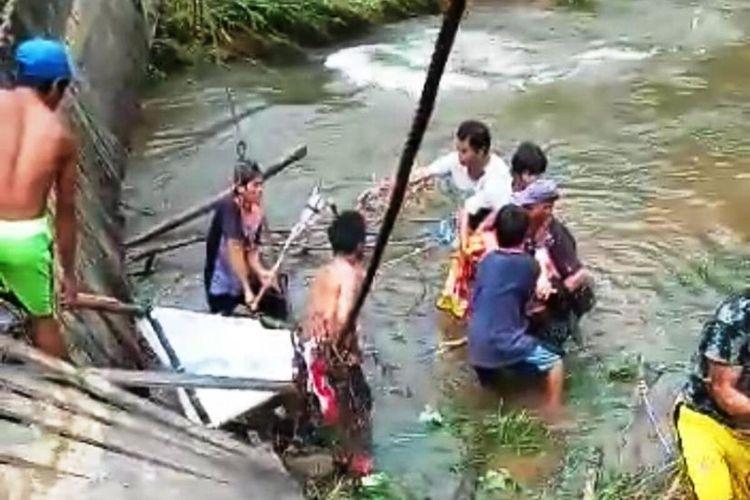 Jembatan gantung yang menghubungkan antar desa di Kecamatan Suti Semarang, Kabupaten Bengkayang, Kalimantan Barat, putus, Kamis (9/7/2020) siang. Kejadian tersebut mengakibatkan Elisa, seorang warga yang ditandu untuk dibawa ke rumah sakit ikut terjatuh ke sungai dan meninggal dunia.