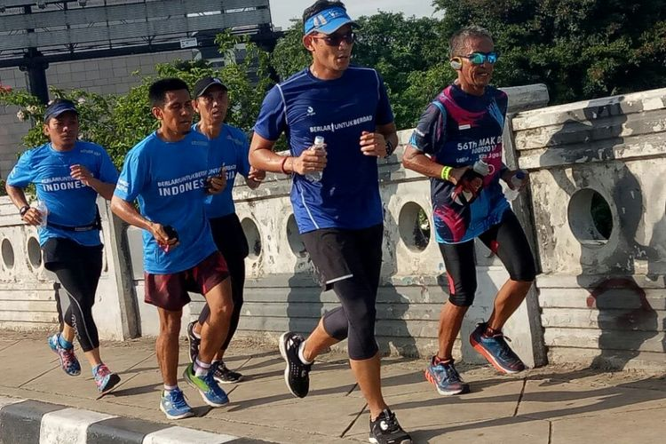 Wakil Gubernur DKI Jakarta Sandiaga Uno berlari dari rumahnya di Jakarta Selatan ke Balai Kota DKI di Medan Merdeka Selatan, Jakarta Pusat, Jumat (27/10/2017).