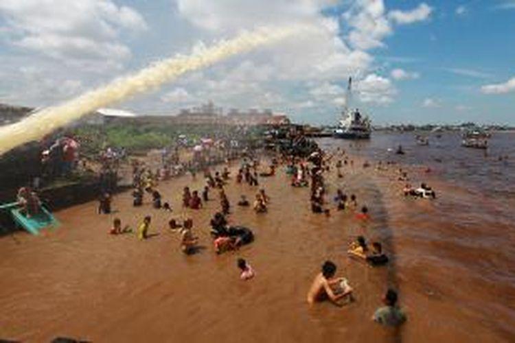 Ratusan warga Tionghoa mandi Peh Cun bersama pada tengah hari di Sungai Kapuas, Pontianak, Kalimanatan Barat, dalam tradisi perayaan makan besar yang dilaksanakan setiap tanggal 5 bulan 5 dalam penanggalan imlek, Sabtu (20/6/2015).