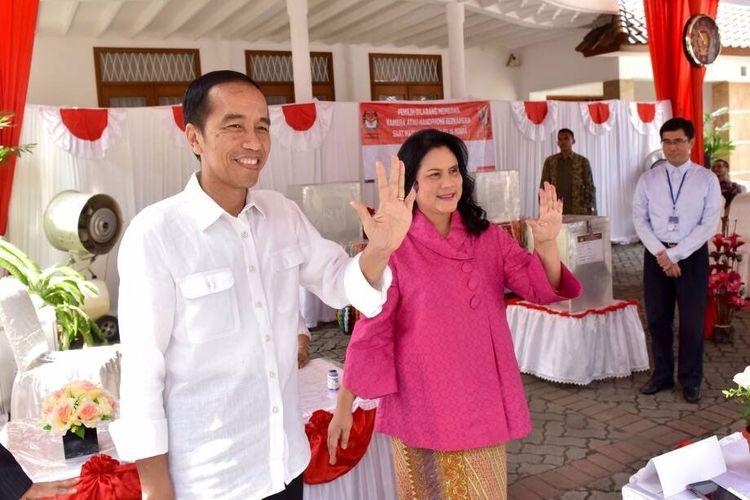 Presiden Jokowi bersama Ibu Negara Iriana Jokowi memberikan suara pada putaran kedua Pilkada DKI Jakarta di TPS 04 Gambir Jakarta Pusat, Rabu (19/4/2017).