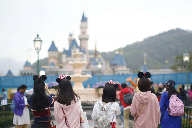 Sejumlah pengunjung memakai topi berbentuk mickey mouse di Disneyland Hongkong, Sabtu (17/03/2018). Disneyland menjadi salah satu tujuan  wisata di negara Hongkong, harga tiket masuknya untuk dewasa adalah 589 dollar Hongkong (Rp 1 juta) dan anak-anak adalah 419 dollar Hongkong (Rp 716.681).