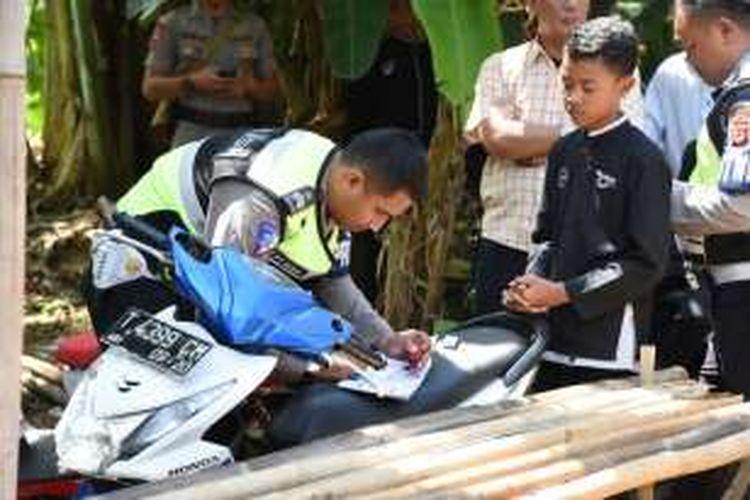 Pelajar di Purwakarta ditilang Polres Purwakarta akibat tidak memiliki kelengkapan administrasi SIM, belum lama ini.