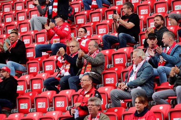 Penonton sepakbola di stadion dalam pertandingan persahabatan di Berlin
