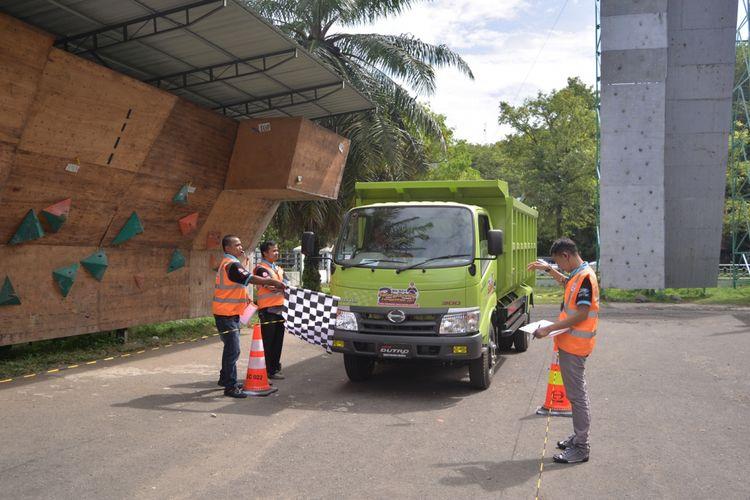 Kampanye keselamatan berkendara Hindo kepada sopir truk di Padang.