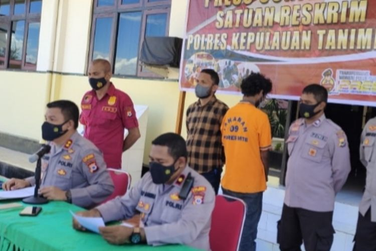 Kapolres Kepulauan Tanimbar AKBP Romi Agusriansyah memberikan keterangan pers kepada wartawan terkait kasus pembunuhan dua warga di Kepulauan Tanimbar, Kamis (14/10/2021)