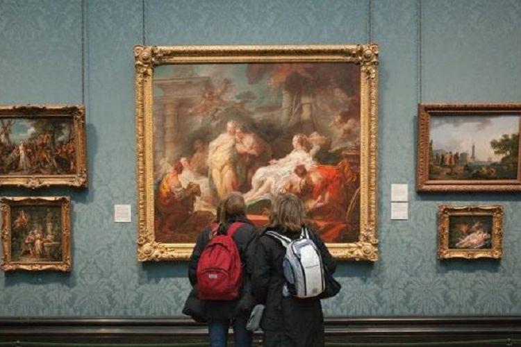 Pengunjung menikmati karya seni lukisan di National Gallery London.
