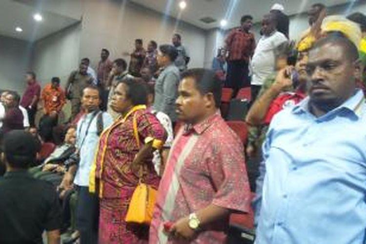 Sejumlah masyarakat Papua yang menyaksikan jalannya sidang pengesahan RUU Daerah Otonom Baru rusuh di Ruang Sidang Paripurna DPR RI, Senin (29/9/2014). Kerusuhan itu terjadi saat Ketua Komisi II DPR RI Agun Gunandjar mengusulkan penundaan pengesahan RUU DOB.