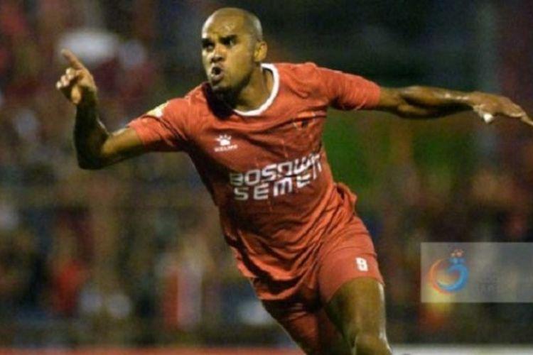 Reinaldo Elias da Costa melakukan selebrasi ketika mencetak gol untuk PSM Makassar. Saat ini dia berstatus pemain Persija Jakarta.