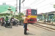 Begini Cara Petugas PJL Atur Pelintasan KA Tanpa Palang di Stasiun Ancol