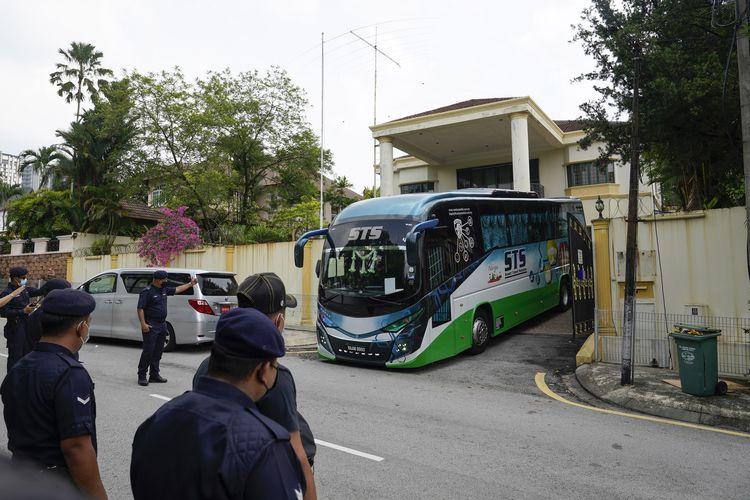 Sebuah bus mengangkut para staf Kedutaan Besar Korea Utara di Malaysia, yang bergegas pulang pada Minggu (21/3/2021). Malaysia pada Jumat (19/3/2021) memerintahkan semua staf diplomatik Korut pergi dalam 48jam, usai Korut memutus hubungan dengan Malaysia akibat ekstradisi seorang warganya ke Amerika Serikat untuk diadili.