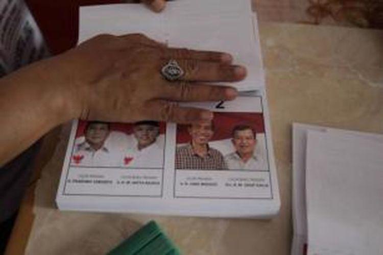 Pekerja melipat surat suara pemilihan umum presiden dan wakil presiden, di Jalan Mardani Raya, Salemba, Jakarta, Selasa (24/6/2014). Sebanyak 789.441 surat suara dilipat ditempat ini dan akan didistribusikan ke Jakarta Pusat.