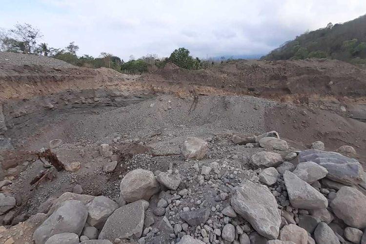 Foto : Lubang-lubang akibat penambangan galian C di Desa Egon, Kecamatan Waigete, Kabupaten Sikka, NTT.