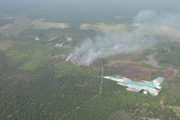 Pesawat tempur f 16 melalui pemantauan kebakaran hutan dan lahan di kabupaten kampar