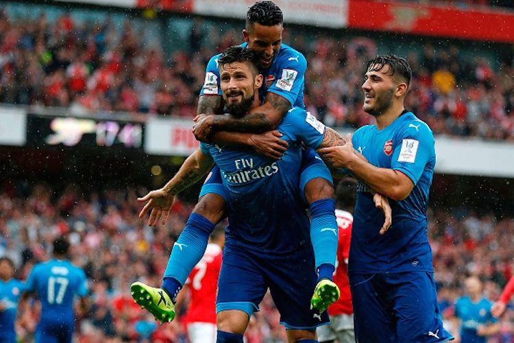 Theo Walcott dan Sead Kolasinac merayakan gol Olivier Giroud ke gawang Benfica pada pertandingan Emirates Cup 2017 di Stadion Emirates, Sabtu (29/7/2017).