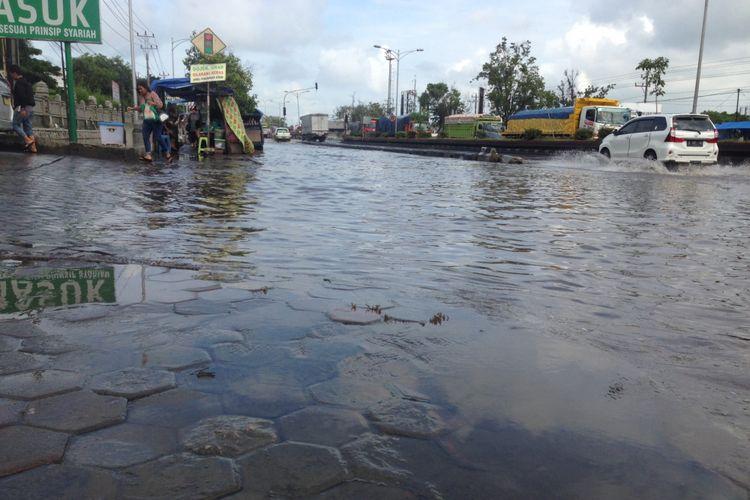 Banjir rob di Jalan Pantura Semarang, Minggu (4/2/2018)
