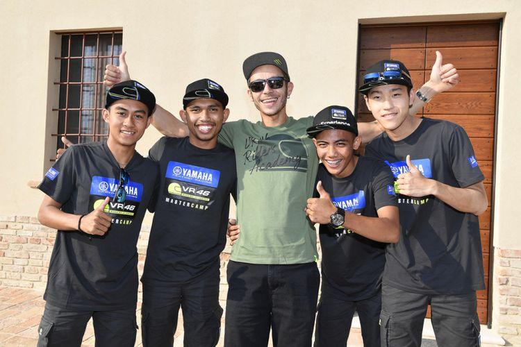 Pebalap Movistar Yamaha Valentino Rossi menyambangi para pebalap muda Asia binaan Yamaha yang ikut Yamaha VR46 Master Camp di Tavullia, Italia pada Senin (17/9/2018).