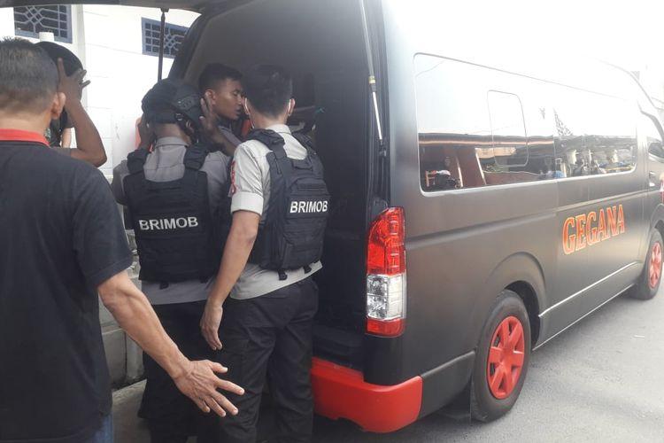 Tim Penjinak Bom Gegana Brimob Polda Lampung memasukkan sejumlah material yang diduga bahan pembuat bom ke dalam mobil untuk diperiksa, Selasa (15/10/2019). Material ini ditemukan dar rumah nenek terduga R di Way Halim, Kota Bandar Lampung.