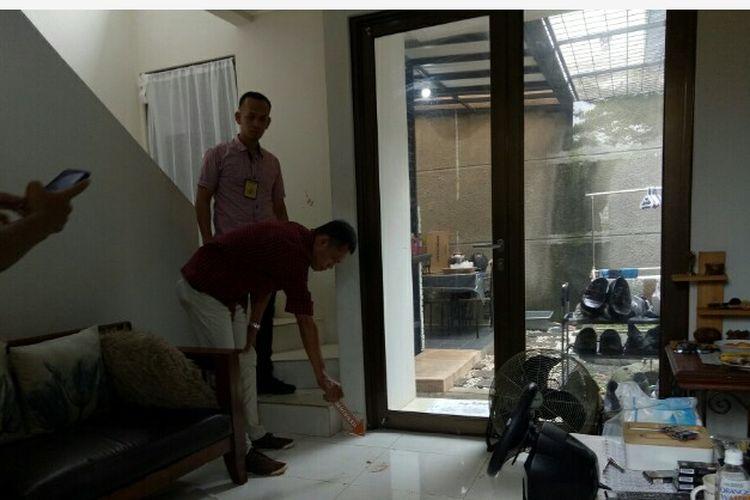 Kepolisian Serpong melakukan olah tempat kejadian perkara (TKP) kasus Azwar (36), suami yang tega tusuk istrinya, Siska (40) di Perumahan Kawasan Paku Jaya, Serpong Utara, Tangerang Selatan, Selasa (4/2/2020) dini hari.