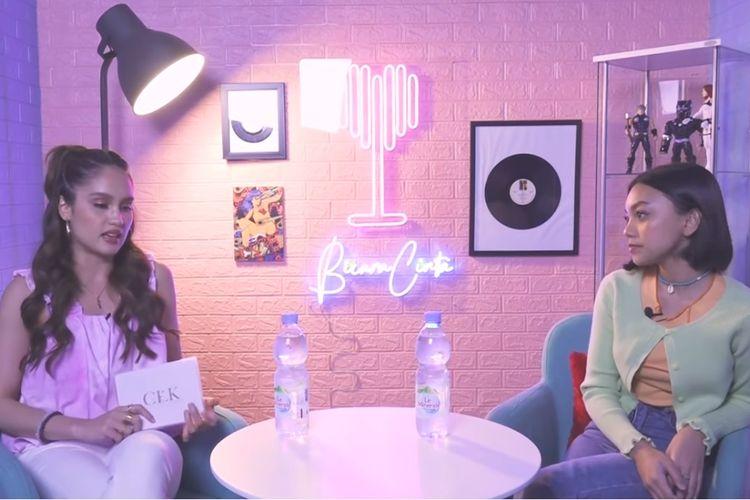 Penyanyi Naura Ayu berbincang dengan Cinta Laura di kanal YouTube PUELLA ID.