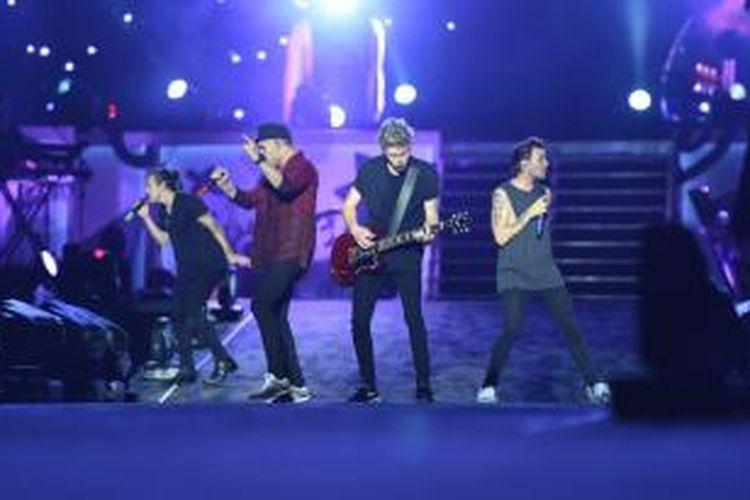 Boyband One Direction tampil dalam konser On The Road Again Tour 2015 di Stadion Utama Gelora Bung Karno, Senayan, Jakarta Pusat, Rabu (25/3/2015) malam.