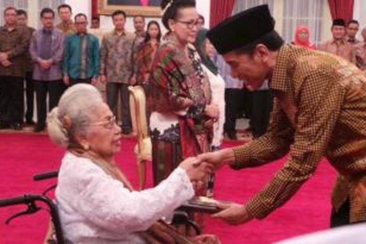 Presiden Joko Widodo memberikan gelar pahlawan nasional untuk empat pahlawan di Istana Negara, Jakarta, Jumat (7/11/2014) siang. Penghargaan diterima oleh perwakilan keluarga.