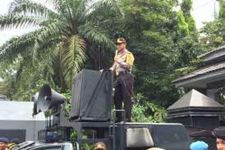 Kapolres Metro Jakarta Selatan Kombes Iwan Kurniawan memerintahkan agar massa kedua kubu yang berunjuk rasa di sidang Basuki Tjahaja Purnama atau Ahok mundur dan menempati tempat yang sudah disediakan, Selasa (3/1/2017).