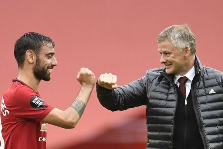 Bruno Fernandes dan Ole Gunnar Solskjaer seusai Manchester United menang 5-2 atas Bournemouth pada pekan ke-33 Liga Inggris 2019-2020.