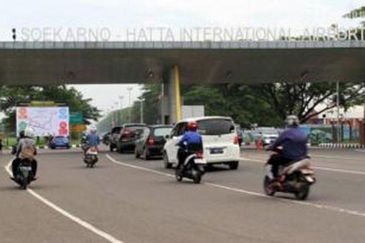 Kendaraan melintas di salah satu gerbang masuk Bandara Soekarno-Hatta, Tangerang Banten.