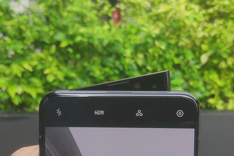 Ilustrasi Oppo Reno dengan kamera selfie pivot rising camera. Kamera selfie ini adalah salah satu keunggulan ponsel seri Oppo Reno. Kamera ini memiliki resolusi16 megapiksel  Dengan mekanisme pivot rising camera, kamera selfie Oppo Reno bisa muncul hanya di satu sisi ketika membuka aplikasi kamera, sehingga modul kamera berbentuk layaknya bidang segitiga.