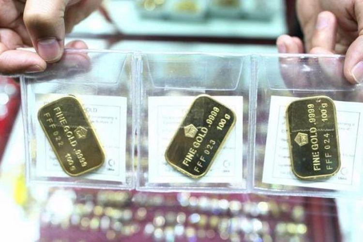 Pedagang emas, memperlihatkan emas batangan Antam seberat 100 gram di kawasan Blok M, Jakarta.