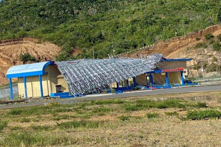 Ruang tunggu Bandar Udara Siau di Kabupaten Kepulauan Siau Tagulandang Biaro (Sitaro), Sulawesi Utara, hancur. Angin kencang salah satu penyebab hingga atap ruang tunggu hancur. Hingga saat ini belum ada perbaikan.