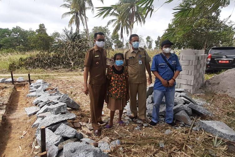 Proses pembangunan rumah bagi Ce Mei Ly warga Matras Bangka sebagai kado imlek 2021