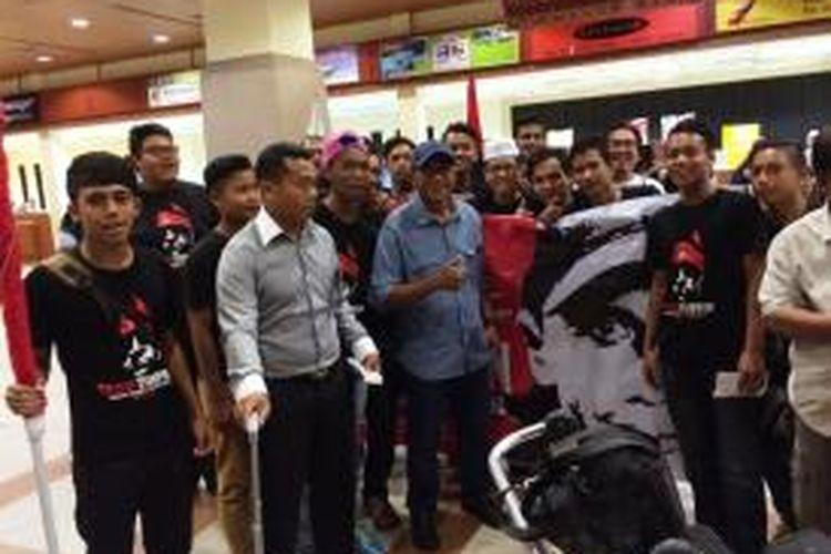 Pelatih Rahmad Darmawan mendapatkan sambutan meraih dari suporter T-Team saat tiba di Terengganu, Malaysia, Kamis (3/12/2015).