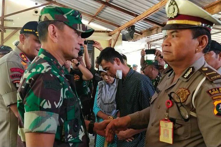 Pangdam I Bukit Barisan Mayjen MS Fadhilah dan Kapolda Sumut Irjen Martuani Sormin mengunjungi Tapanuli Utara, paska terjadinya bentrok antara TNI-Polri yang menyebabkan enam personel polisi dan satu warga mengalami luka-luka, Minggu (1/3/2020).
