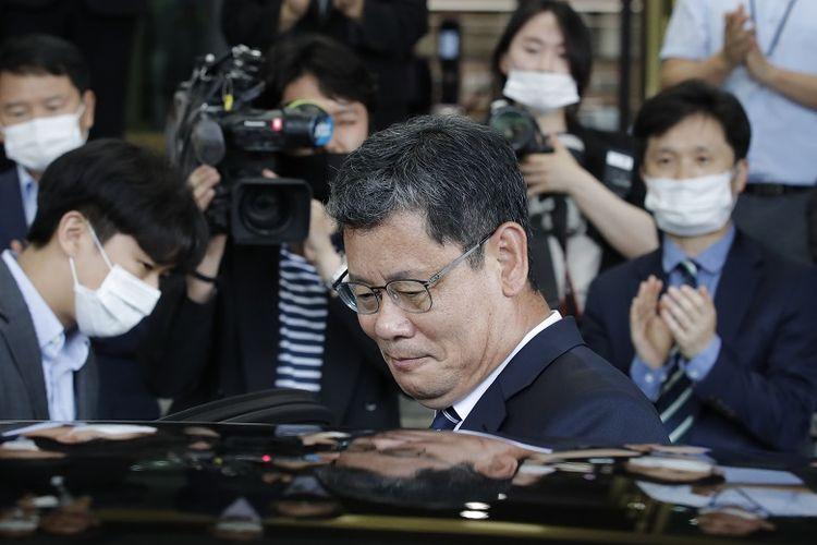 Menteri Unifikasi Korea Selatan Kim Yeon-chul masuk ke mobil ketika dia meninggalkan kompleks pemerintah di Seoul, Korea Selatan, Jumat, 19 Juni 2020. Kim mengundurkan diri pasca serangkaian ancaman dan ledakan kantor penghubung antar-Korea yang dilakukan Korea Utara. Pengunduran dirinya diterima oleh Presiden Korea Selatan, Moon Jae-in.