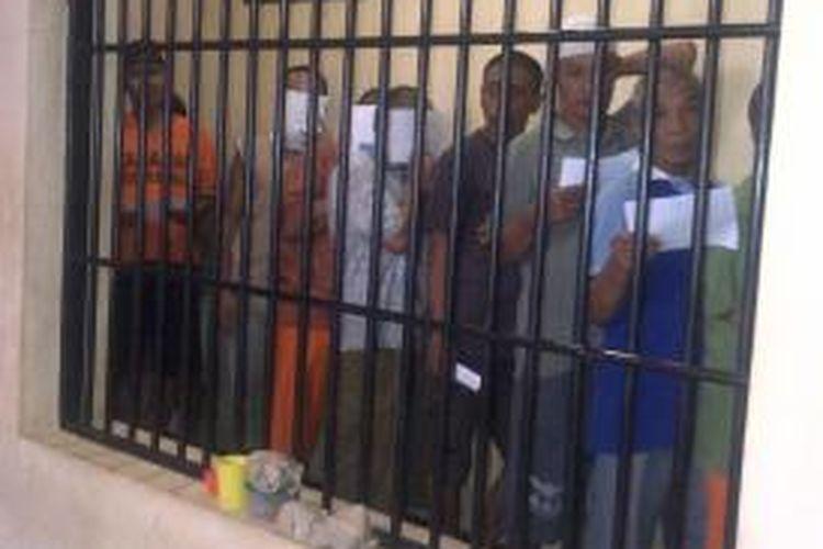 Para tahanan antre saat akan mencoblos di TPS keliling yang disediakan oleh TPS dekat Mapolres Malang, Kamis (29/8/2013).