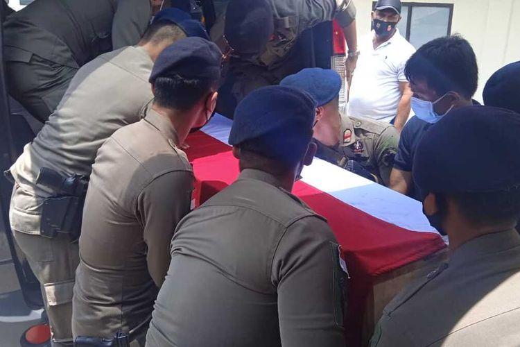 Jenazah Bharada Muhammad Kurniadi Sutio yang gugur ditembak KKB di Distrik Kiwirok, Kabupaten Pegunungan Bintang, Papua, tiba di RS Bhayangkara Jayapura, Papua, Minggu (26/9/2021)